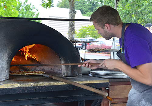 Farmers' cooking pizza - C